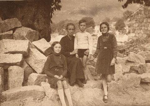 photo prise à Aullène en Alta Rocca en 1934 de Guiguite (la fille de Mathieu Benedetti), Manceca (leur grand-mère), Jacques (le fils d'Ernest Benedetti), Mireille (la fille de Mathieu Benedetti) devant le châtaignier où se trouve actuellement la maison de Marcelle Cesari et Jérôme Santarelli